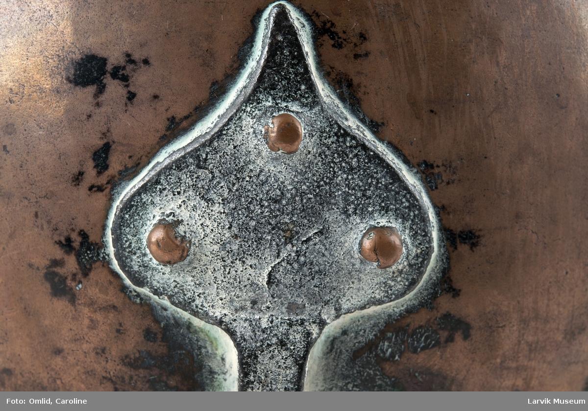 Form: rund/fortinnet innvendig/3 jernben, festet med