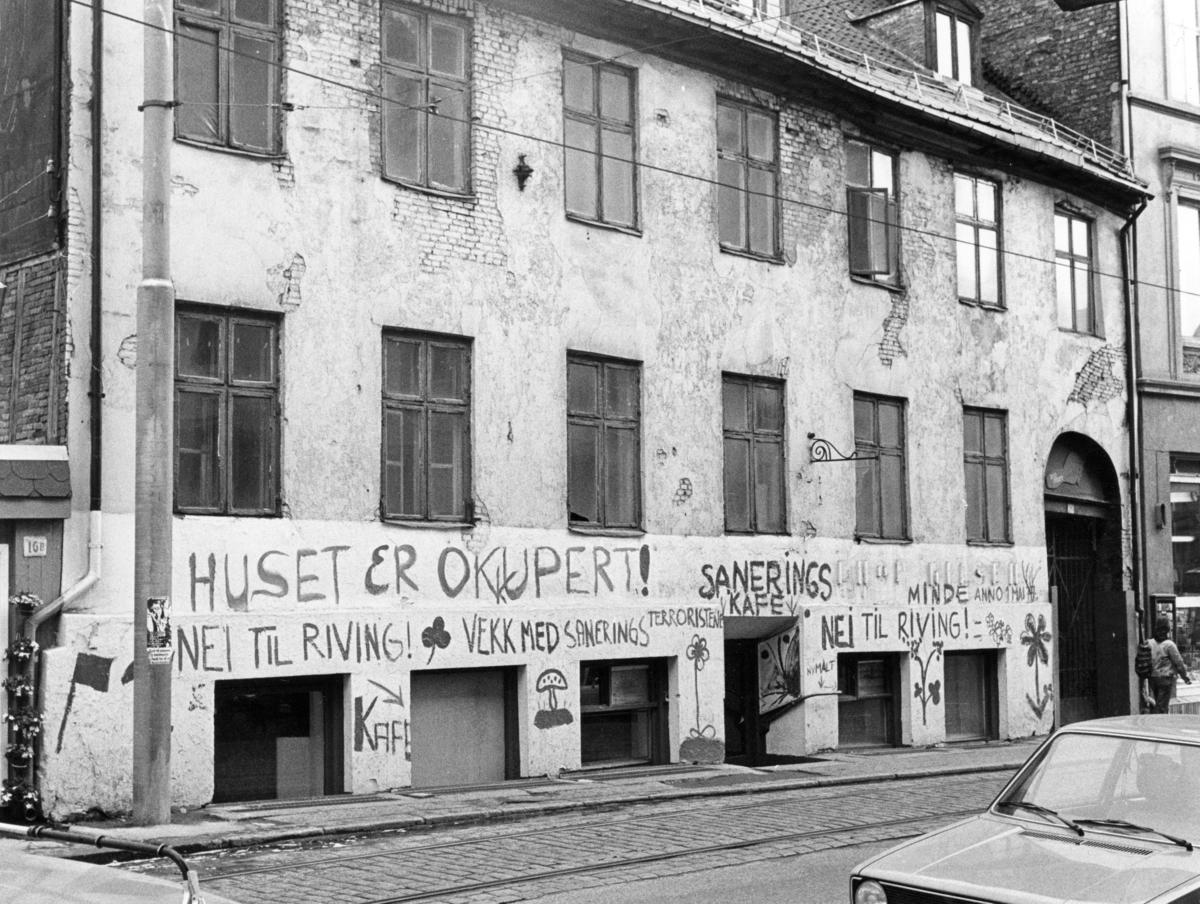 Foto av hus som er okkupert i protest mot sanering.