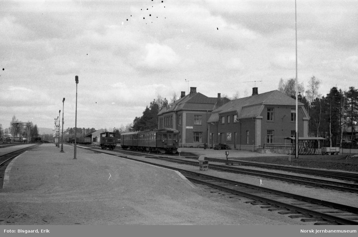 Elverum stasjon med motorvogntog i spor 1