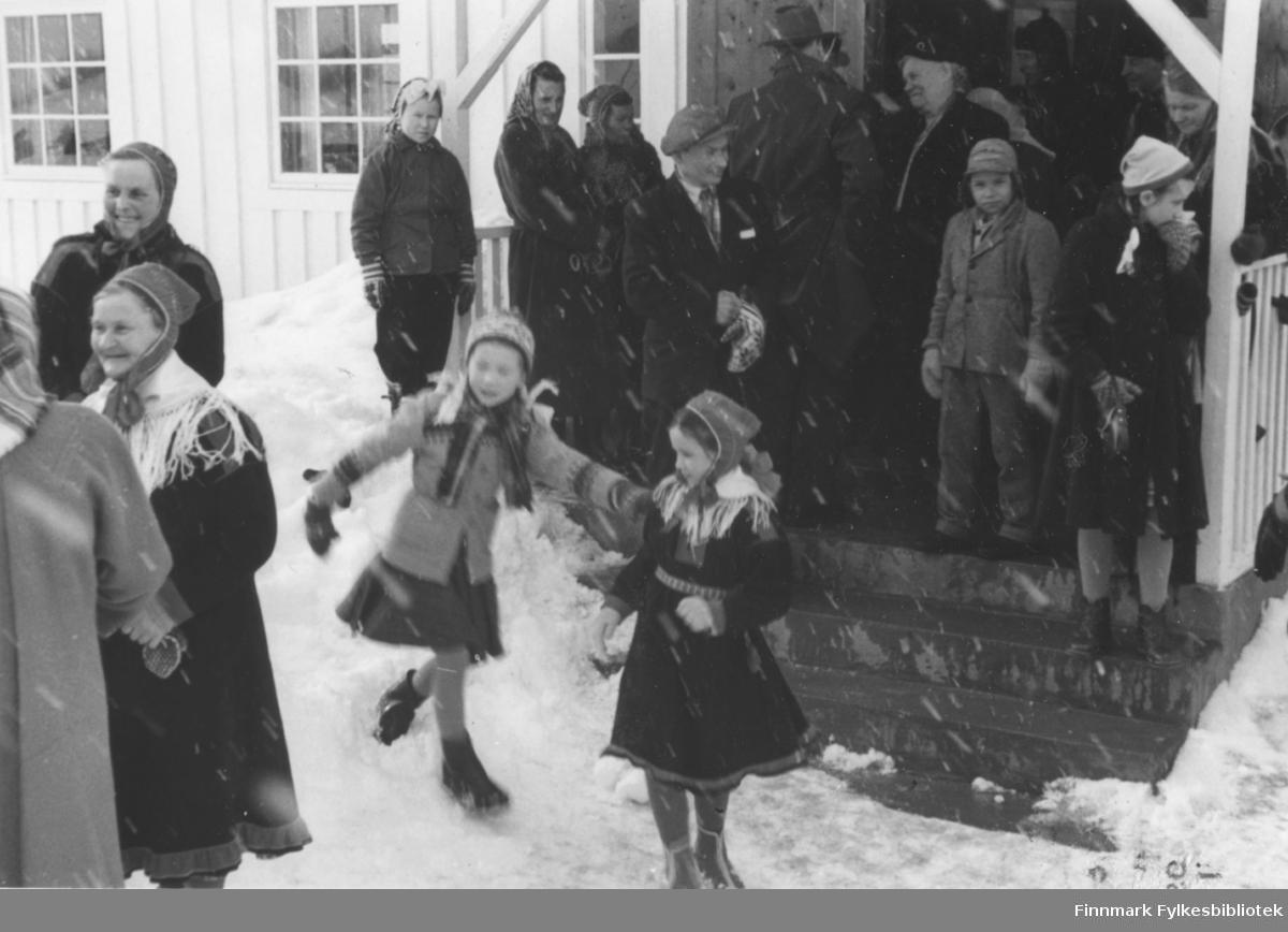 Påsken 1958 utenfor Bonakas bedehus som fungerte som interimskirke fra september 1951 og frem til Tana kirke i Rustefjelbma sto ferdig i 1964. Bonakas bedehus var det første bedehus som ble gjenreist i Tana etter krigen og innviet 3.juledag 1948.