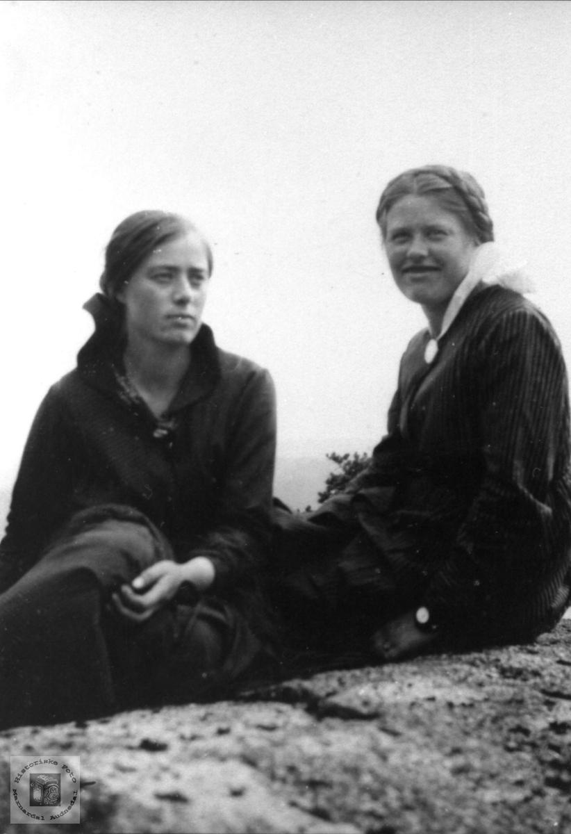 Portrett Søstrene Sigrid og Olga Lauvdal