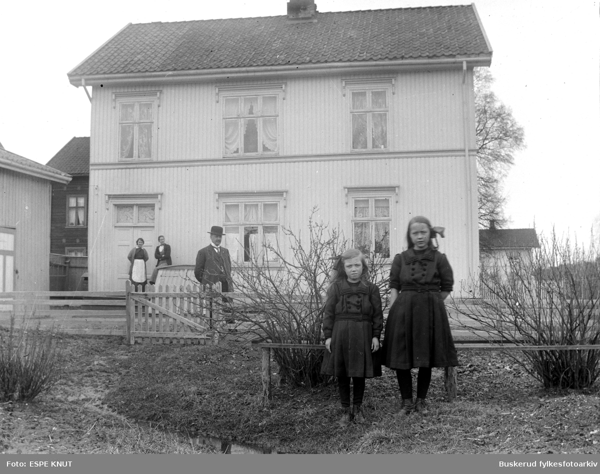 Et godt famileportrett uten for huset i Hønefoss