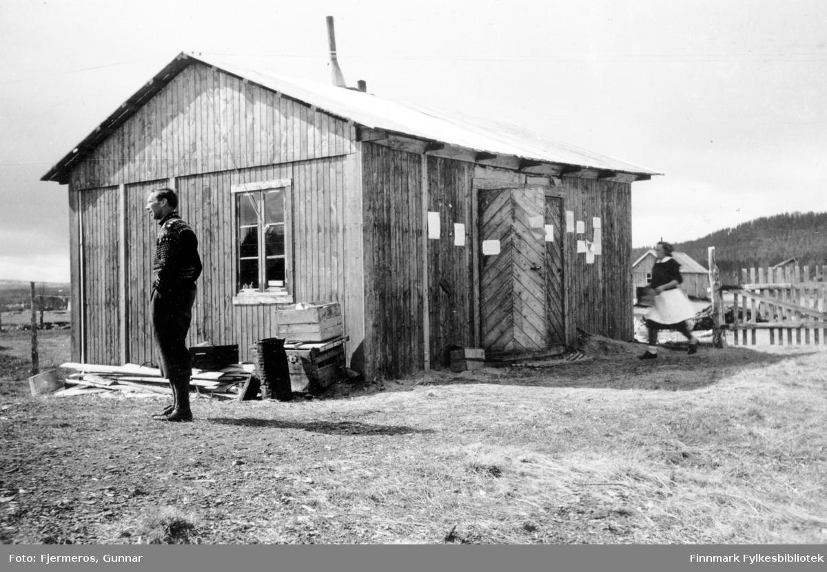 To ukjente personer utenfor en brakke i Karasjok sommeren 1946.