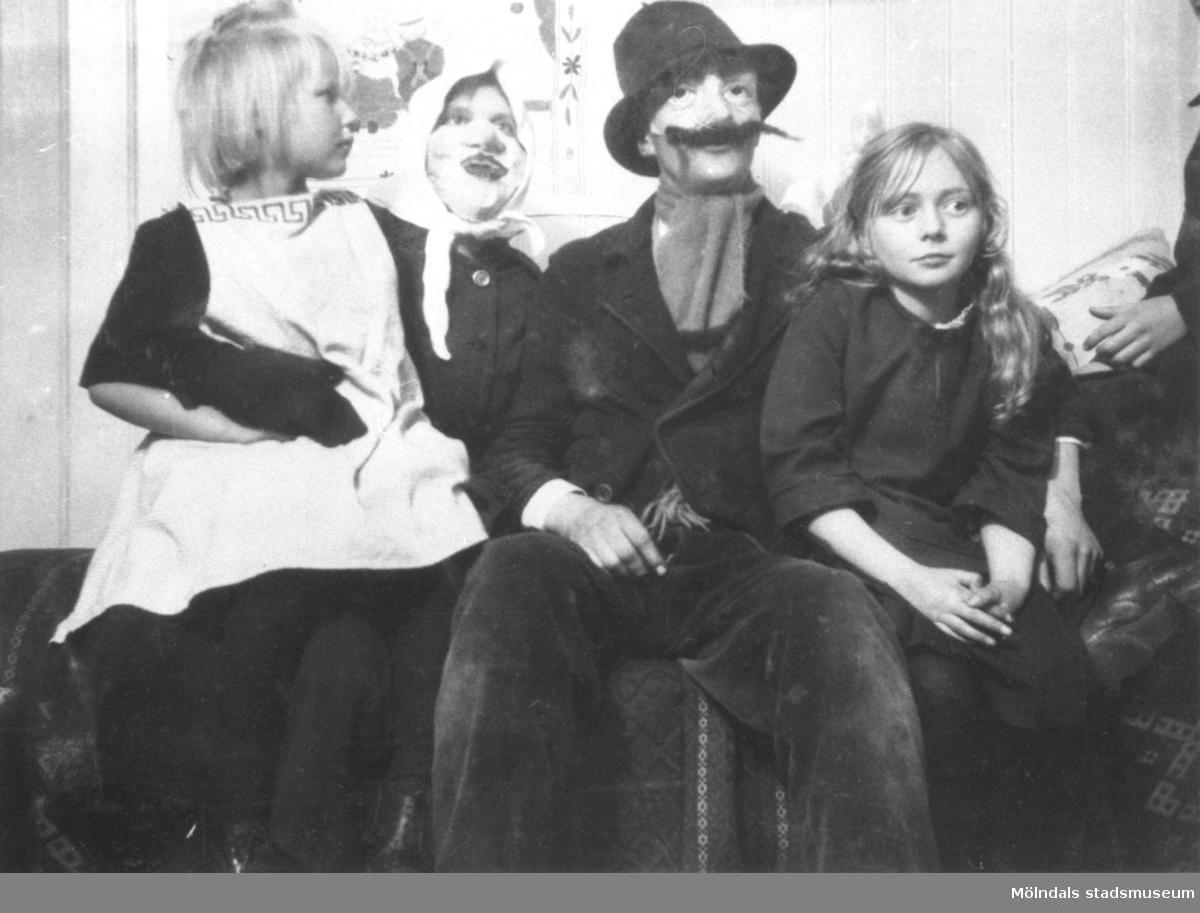 Rosa Krantz (gift Pettersson) till höger i bild, tillsammans med vänner på Stretered. Till vänster Gertrud Pamp. 1923.