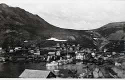 Postkortmotiv. Deler av Honningsvåg mot Vågen og Elvedalen.