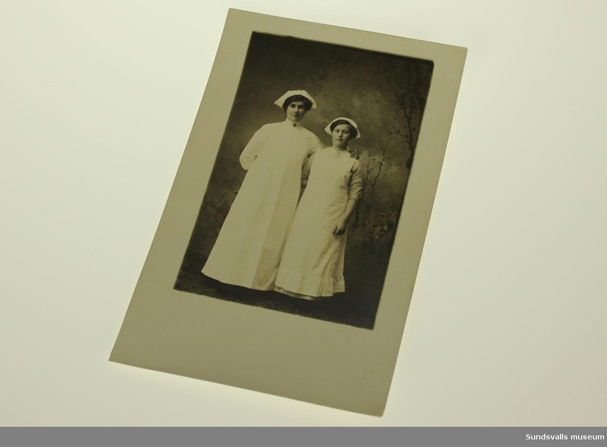 Fotot återger två sjuksköterskor i porträttmiljö.