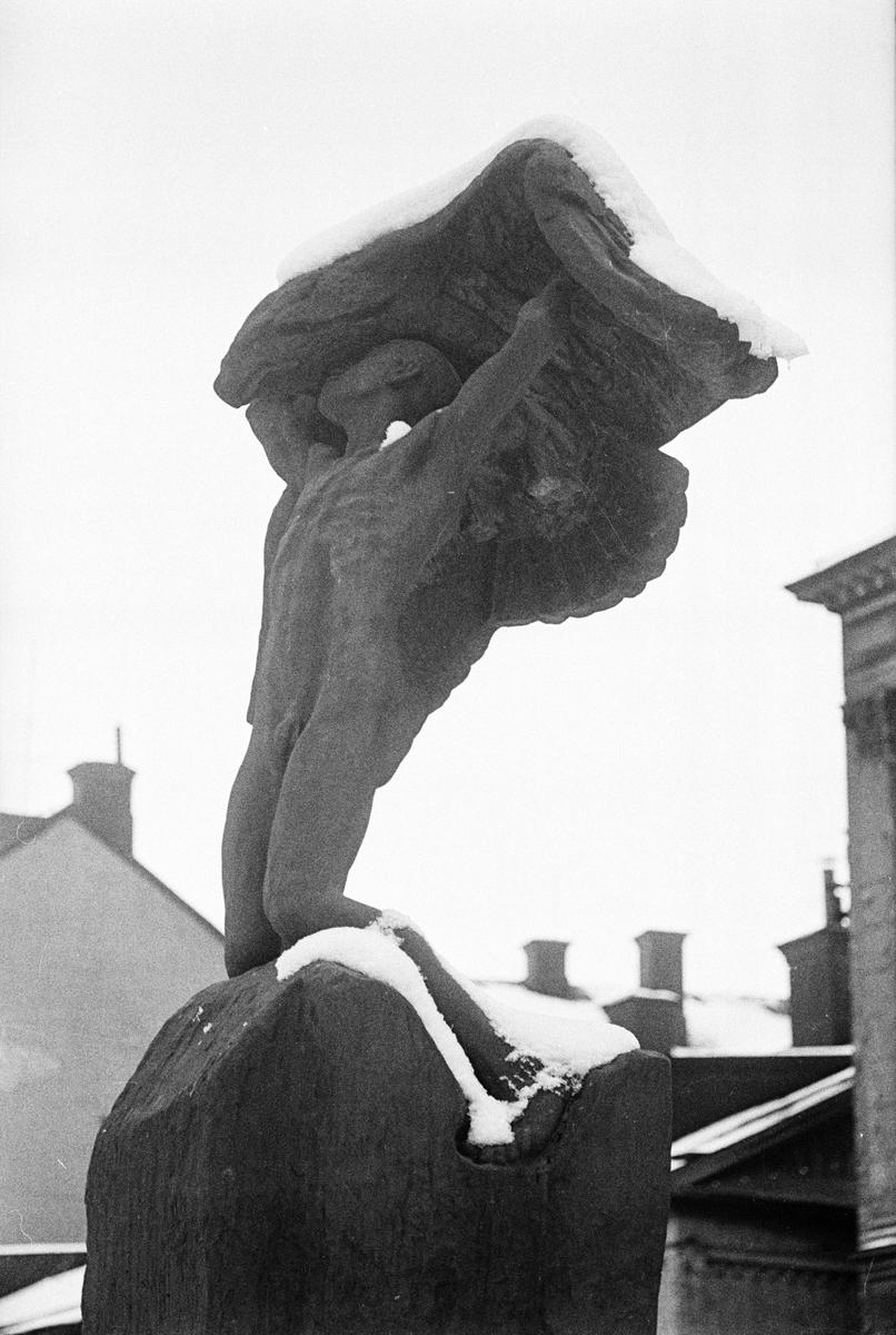 """Snöklädd staty, """"Vingarna"""" av Carl Milles, Uplands nations trädgård, Uppsala 1967"""