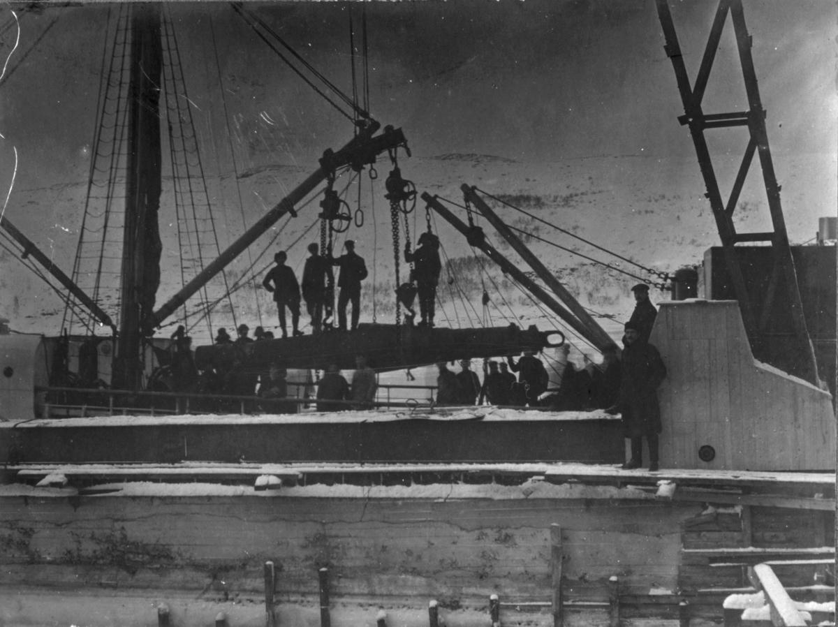 Akslingen til storknuser losses. 30 mann i arbeid. 3/12 1910.