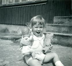 Sommaren 1955. Veronika med liten babydocka och nalle som ha
