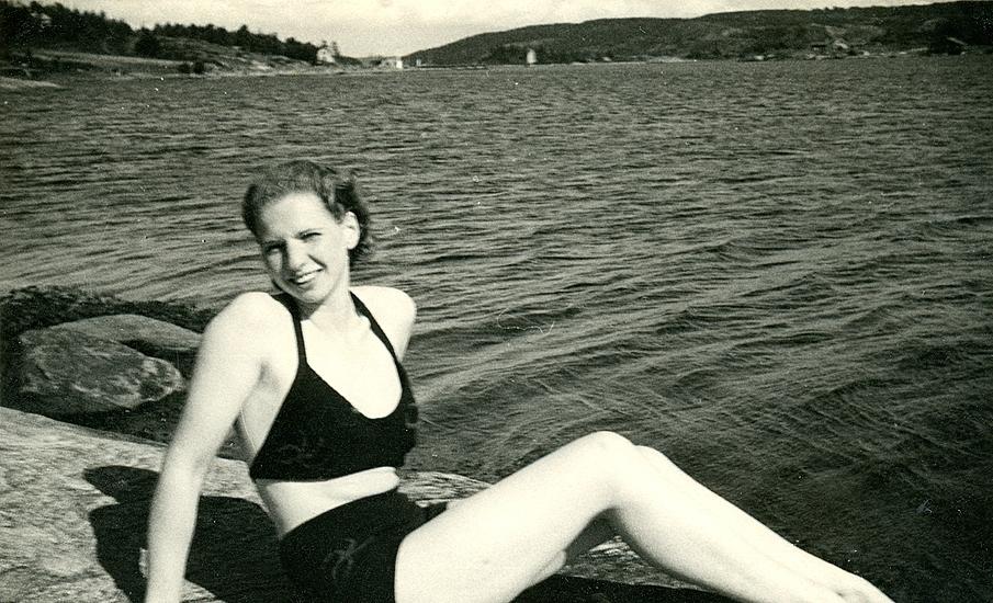 Sommaren 1940? Badutflykt till Ösö med ekan. Edet i fonden Birgit i stickad ? baddräkt (2 delad). Fotograf någon beundrare.