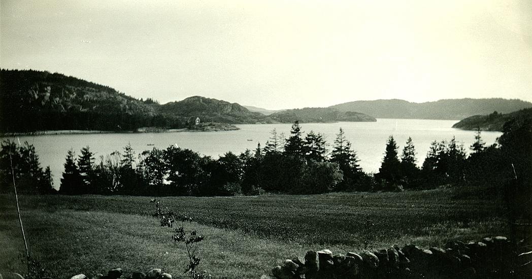 Sommaren 1941-1946. Utsikt från tomten mot sydväst. Nedanför tomten som Wetterlunds köpte. Vindön, Tveklipporna, Högholmen.