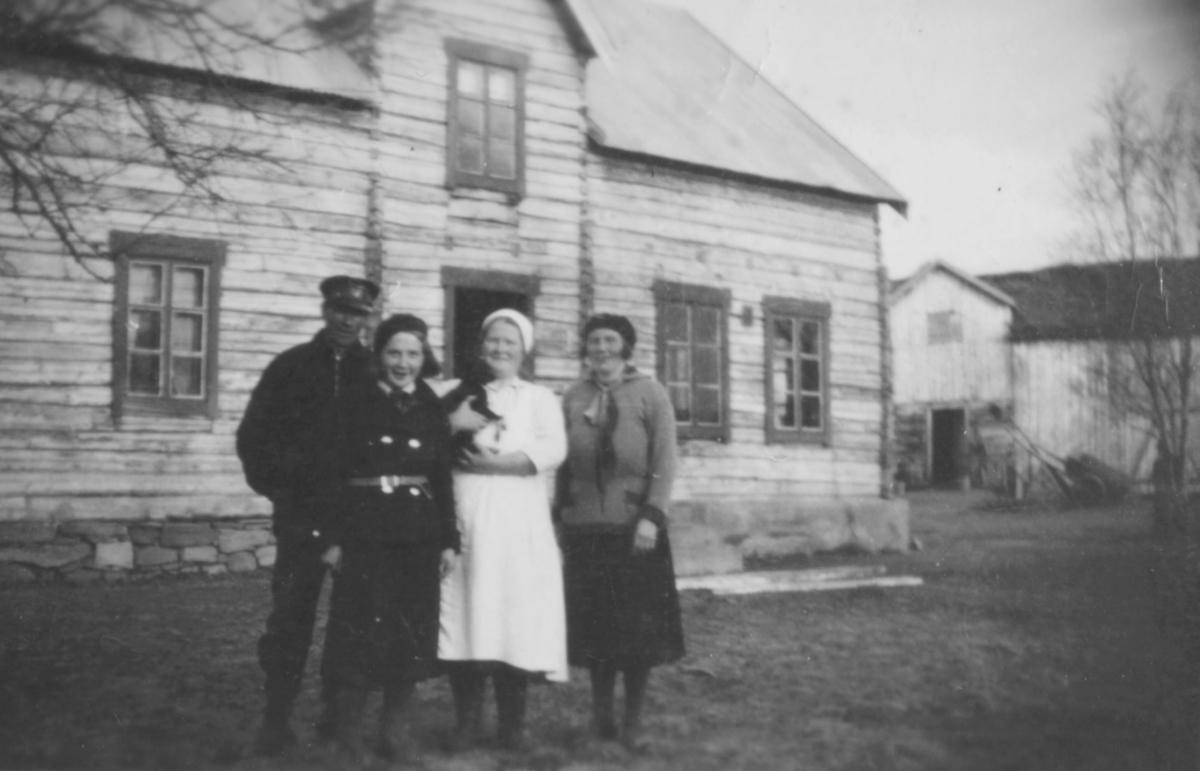 """""""Fra venstre: Alfred Aronsen, ukjent, Aina Marie Aronsen og ukjent foran bolighuset. Til høyre bak ser man ett av de to vinduene i klasserommet på Luftjok skole som det ble kalt på den tiden."""""""