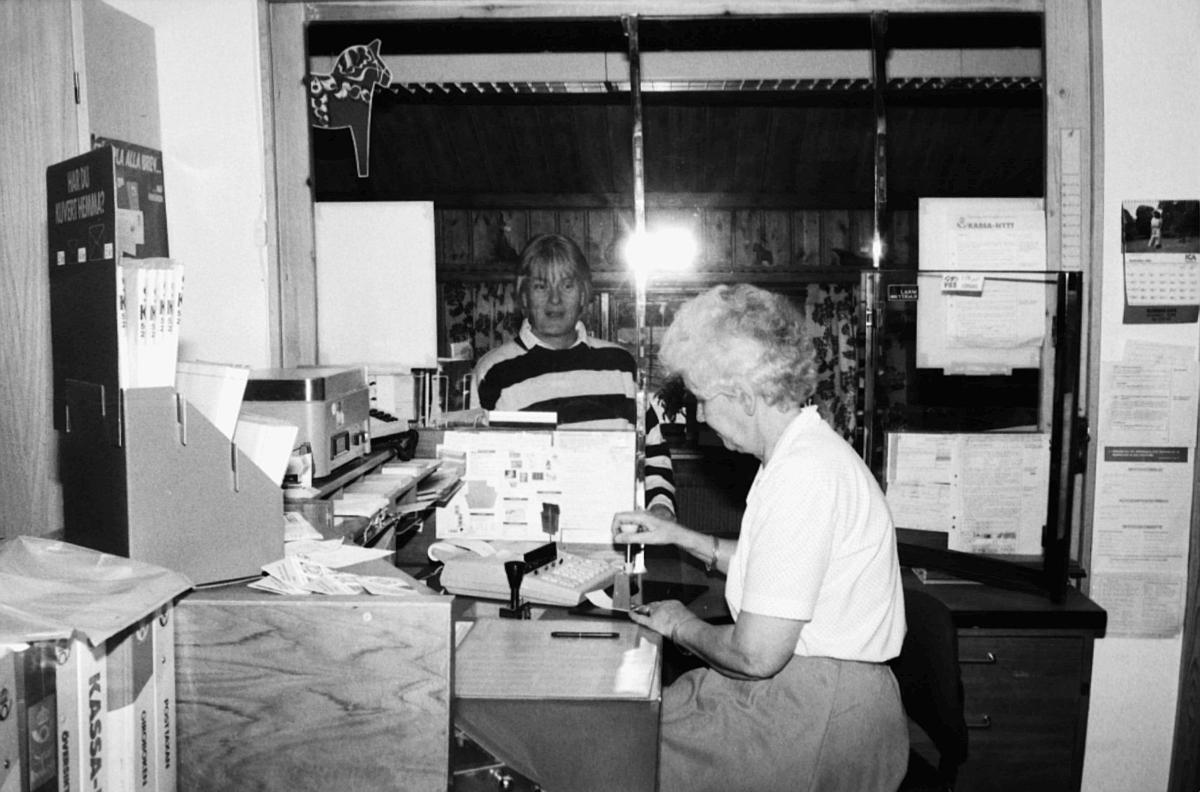 Postkontoret i Storsätern, Idre, 1990. Poststationsföreståndaren Jenny Näsvall expedierar en kund.