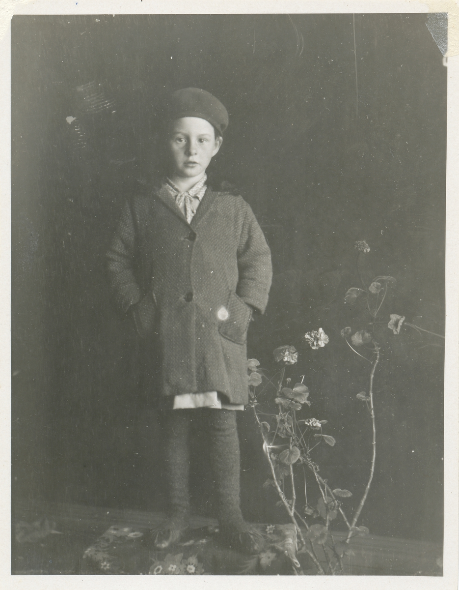 Portrett av ei ung jente fotografert i et fotostudio.