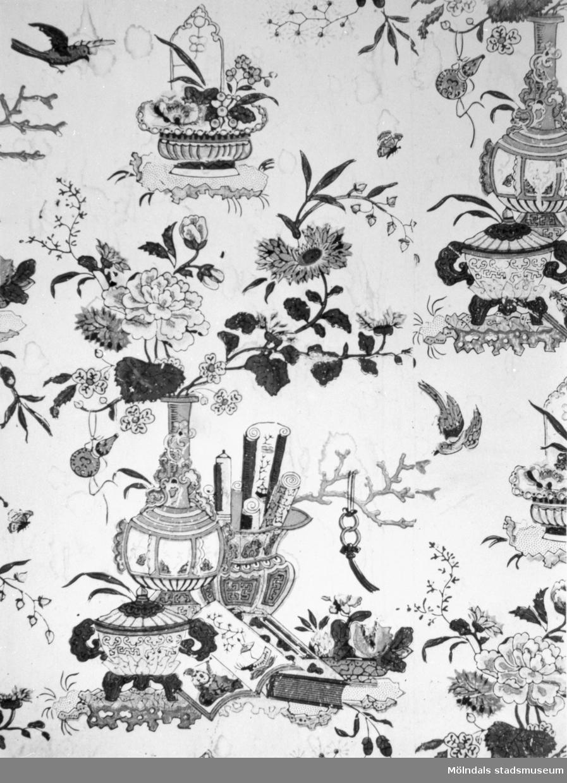 """Ostindiskt tapetmönster i """"Kinesen"""", gästrum på Gunnebo slotts övervåning. 1920-tal."""