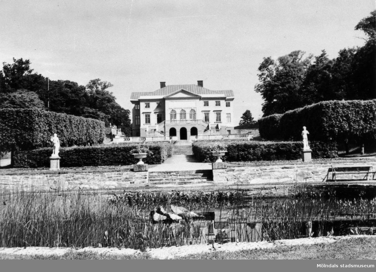 Gunnebo slott och södra trädgården, 1960-tal. Vy från södra sidan av trädgårdsdammen.
