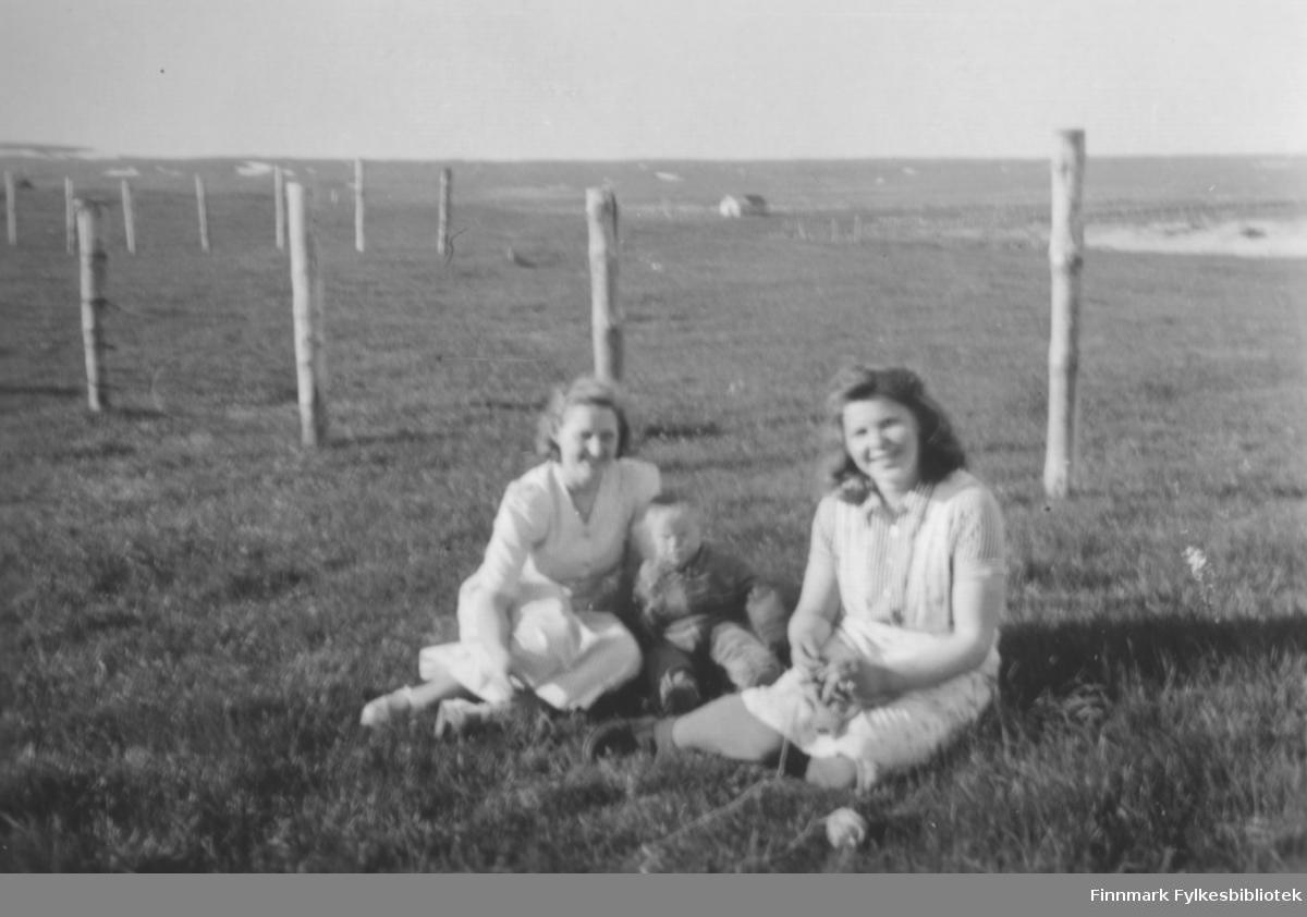 Tre personer fotografert på et jorde i Skallelv en sommerdag like etter krigen. De er, fra venstre: Gerd Marki, Kjell Marki og Magna Niska.