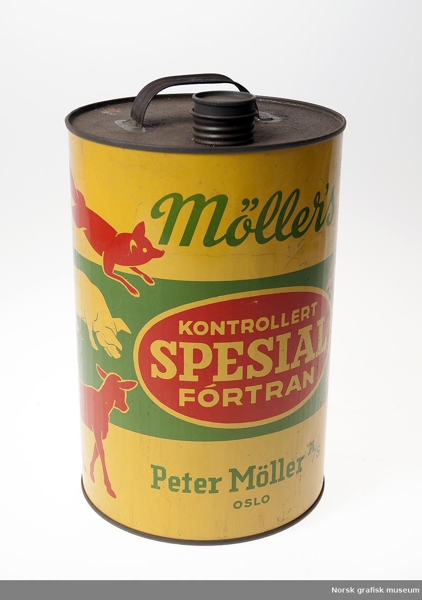Fra aksesjonsprotokollen: Kanne (rund), blikk, merket: Möllers kontrollert spesial fórtran. Det står også trykt bruksanvisning (dosering) for ulike dyr.