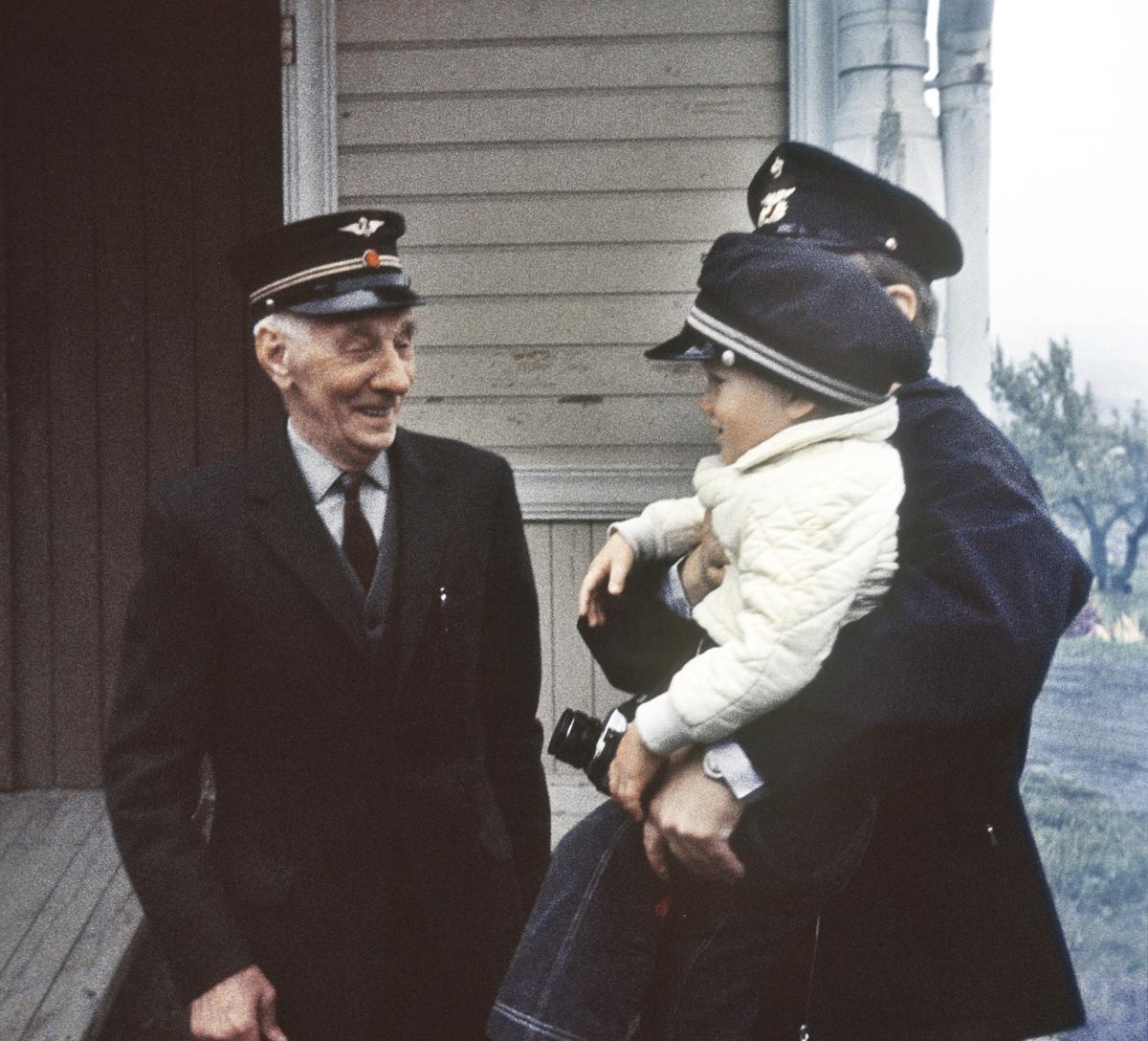Kraby stasjon. Pensjonert stasjonsformann Nils Lundsten møtte opp til ekstratoget til Skreia.