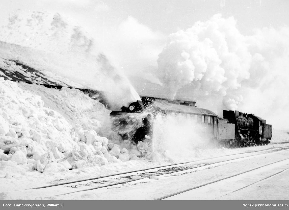 Snøryddingstog, damplokomotiv type 31a nr.320 med roterende snøplog