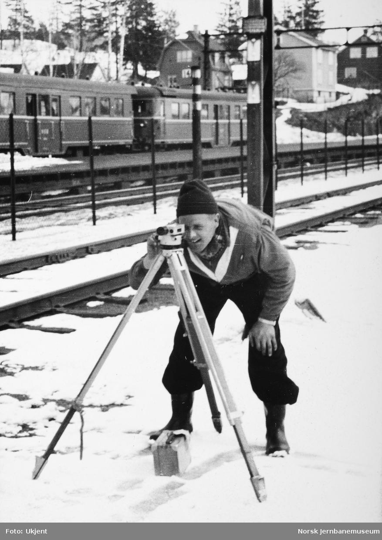Personalet på banemesterkontoret, Lillestrøm, vinteren 1962 - Sørli nivellerer