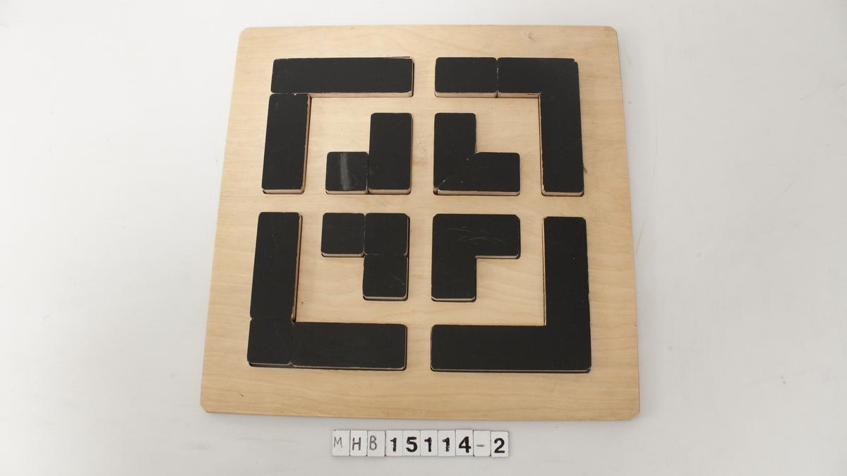 Spill med sorte brikker arrangert i et geometrisk mønster.