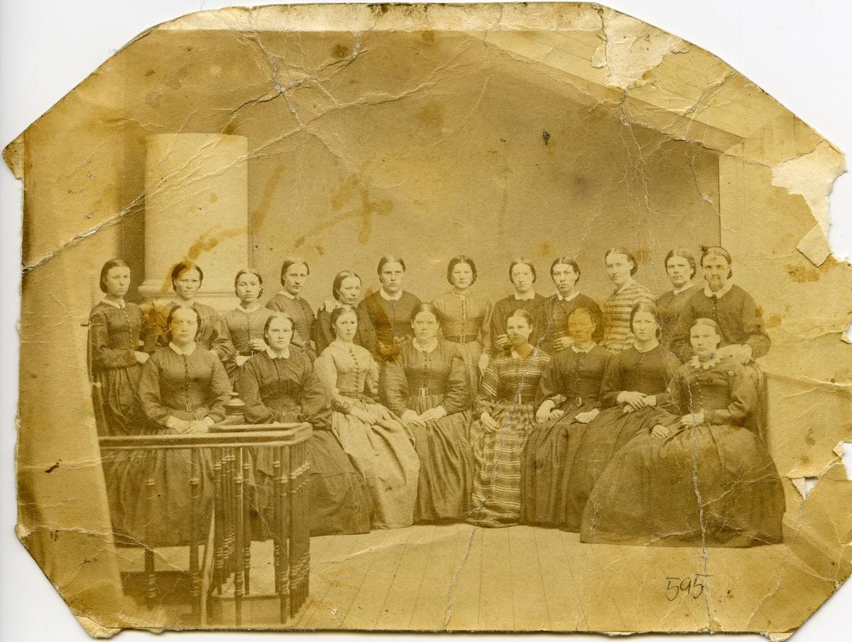 Klassebilde av 20 unge kvinner. Ingen opplysninger.