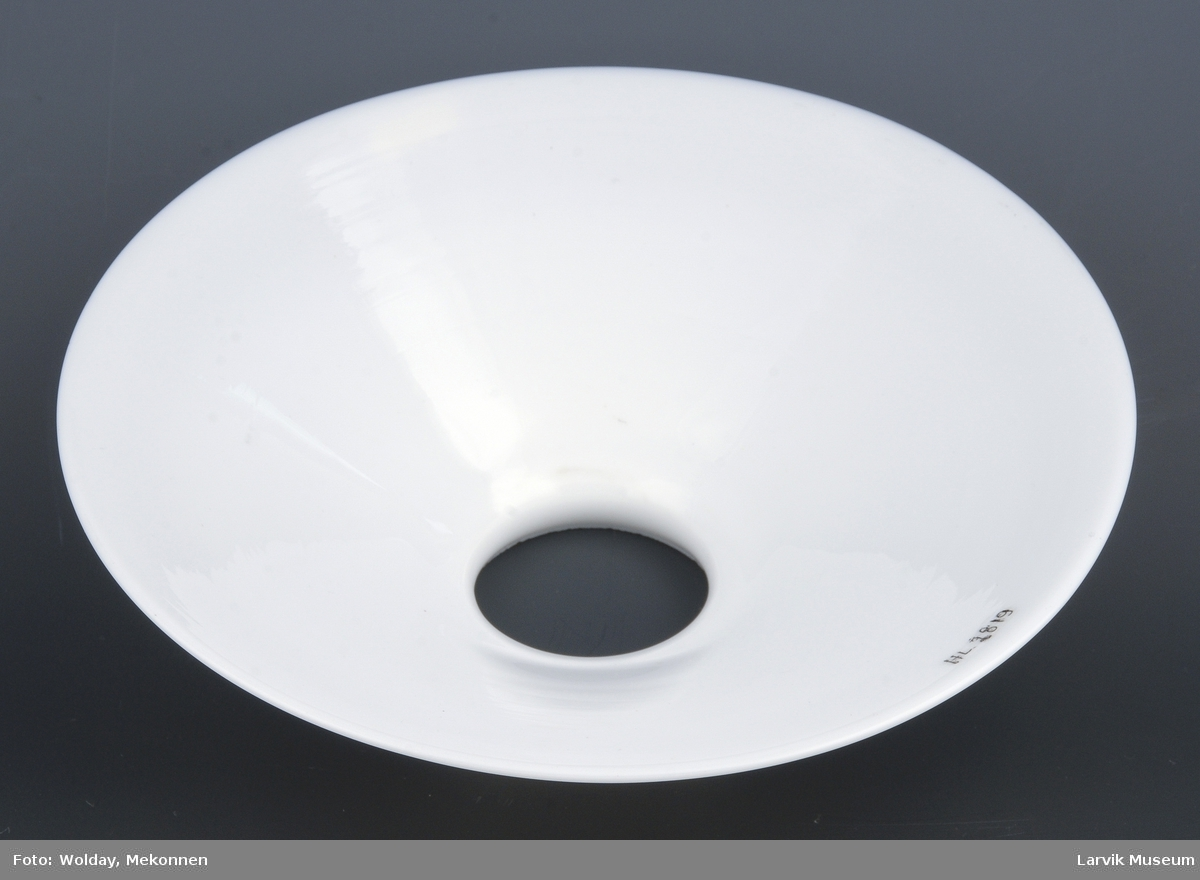 Form: rund form, med skrånende kant fra skjermens topp