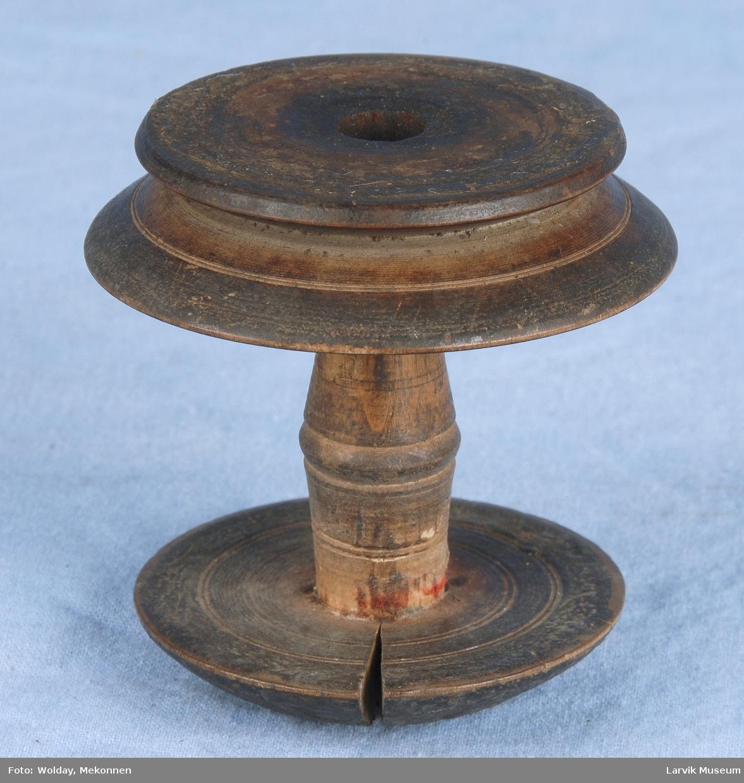 Form: To dreide sirkler  den ene med et spor, med en dreid stav i mellom. Hull i midten av alle delene.