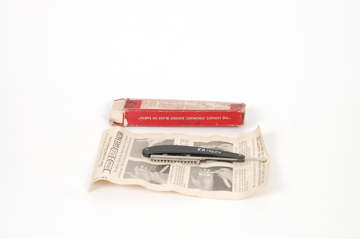 Form: Blad: Symetrisk egg, ene side dekk. av en pl. Begge sid.: tenner. Skaft: to fl./svakt buede deler fest. til bladet. Esken, papp m. forskj. hv. skrift på. Inni esken ligger en bruksanv.