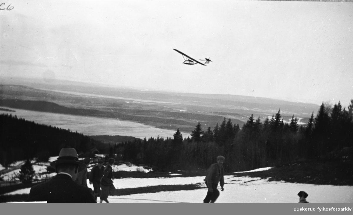 Nedre Stubdal gård. Glidefly dratt på jordet nord for gården.