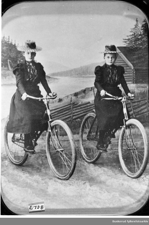 Gerda olsen og Olga Olsen, barn av urmaker Olsen i Hønefoss