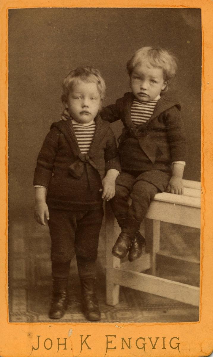 To ukjente gutter. Begge kledd i maritim-inspirerte drakter.