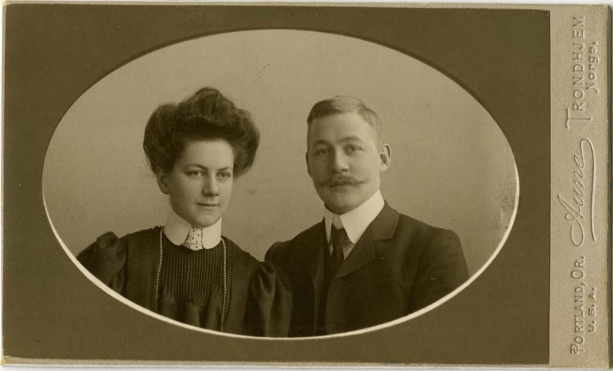 Portrett av ukjent mann og kvinne.