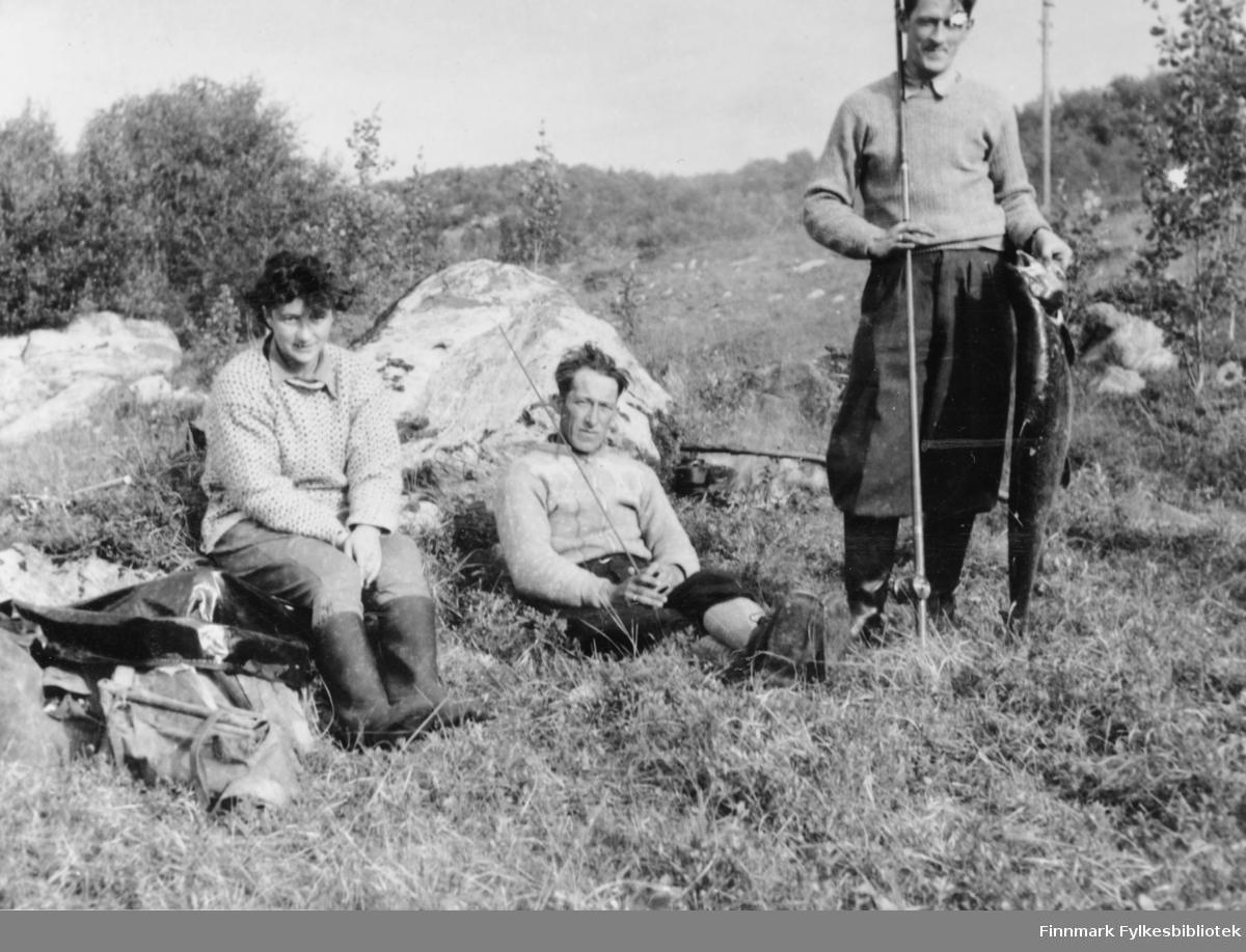 Den første laksen var 12 kg. Fra venstre Teija ( ? ), Sjøkvist og Harald Betten.