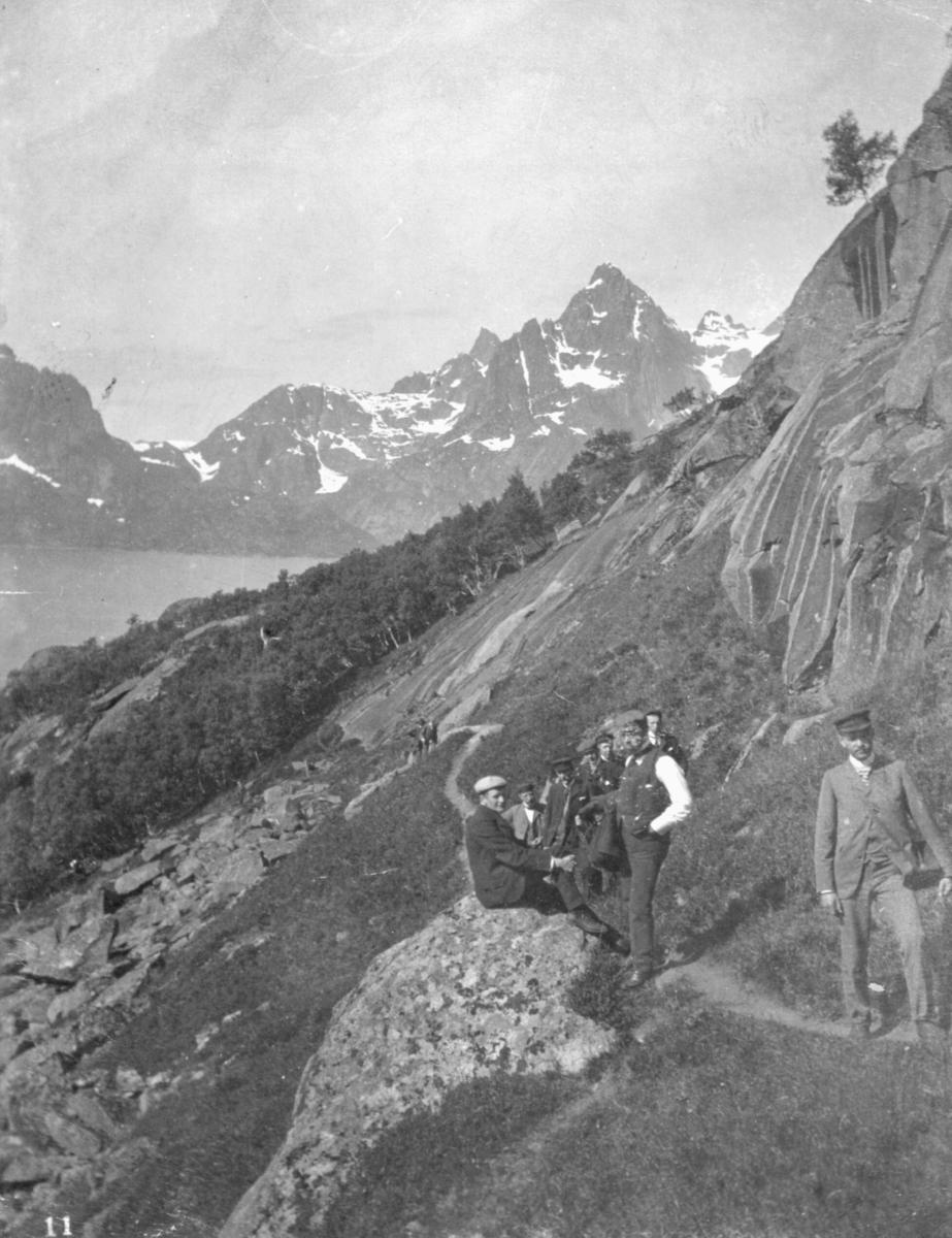"""""""Opstigning til Digermulen."""" En gruppe studenter står på en sti. I bakgrunnen kan man se natur og fjell."""