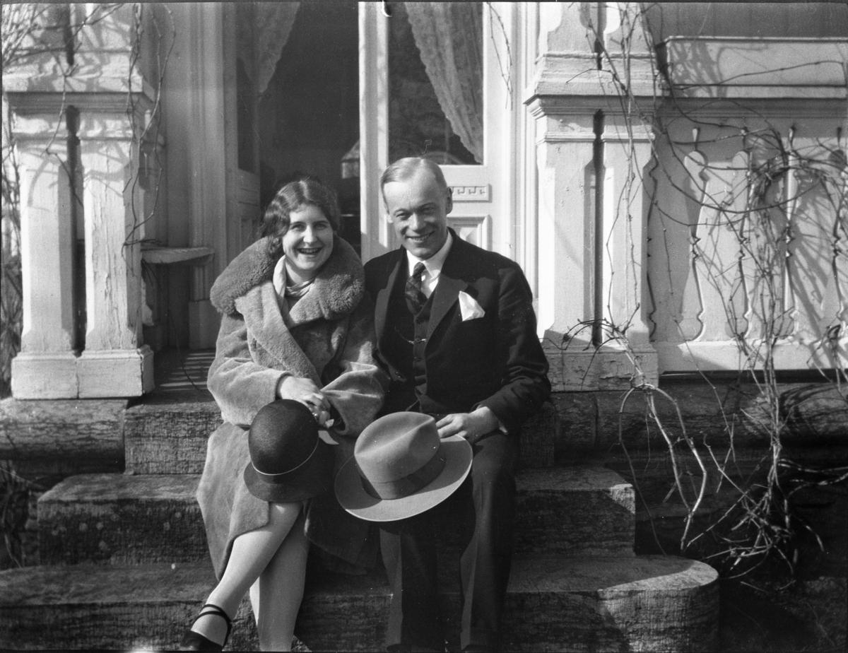 Fotosamling etter Cappelen. Mann og kvinne fotografert sittende på trappen.