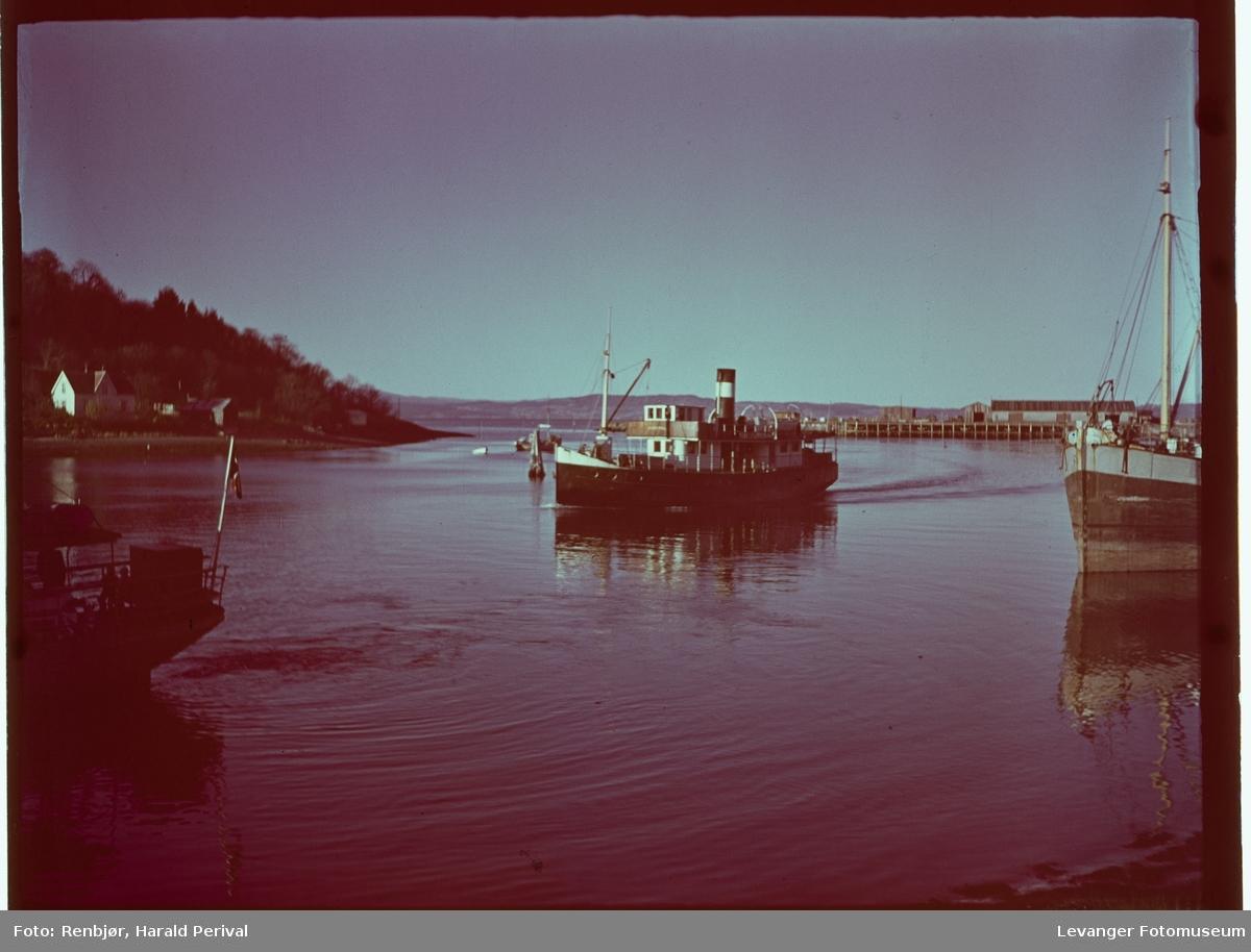 Dampbåt på fjorden.