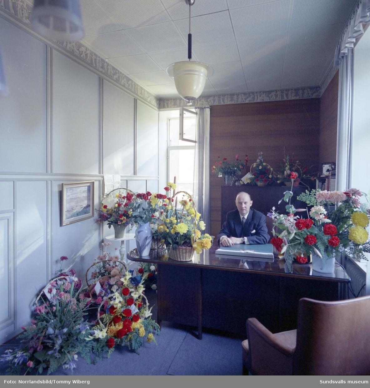 Strömbergs Färghandel firar 100 år och direktör Karl Axel Nyberg har kontoret fullt av blommor.