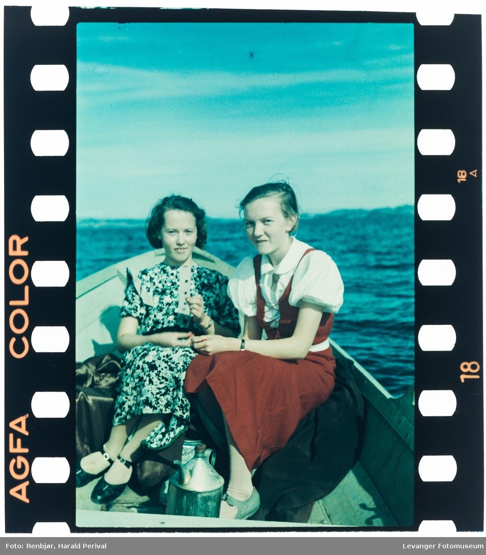 Wivi Ohlonquist og Elsa Lello i båt på sjøen.