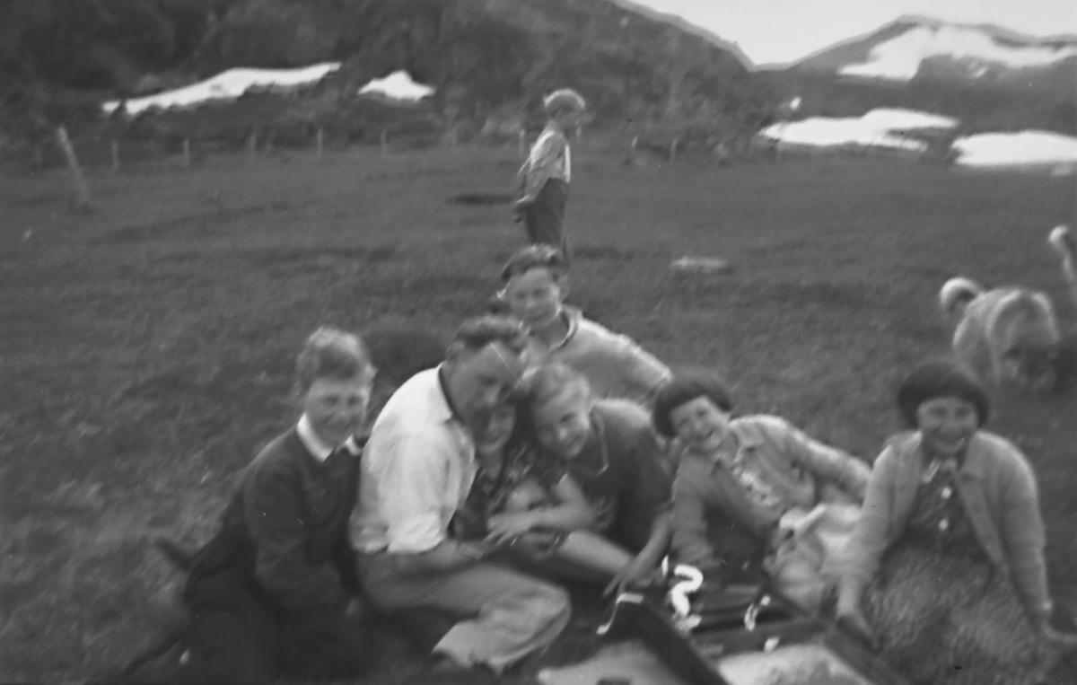 """Anne Lise Moe forteller: """"Når de voksne ville ha fred, måtte vi ut for å høre musikk fra grammofonen. Særlig populær var Søstrene Bjørklund og Jens Bock Jensen"""". Bildet er tatt på Elvebakken i Torskefjord. Fra venstre: Terje Johansen, Alfon, Anne Lise, Anita Andersen, Arnhild og Gerd Johnsen. Helt bak: Bjørn og Leif."""