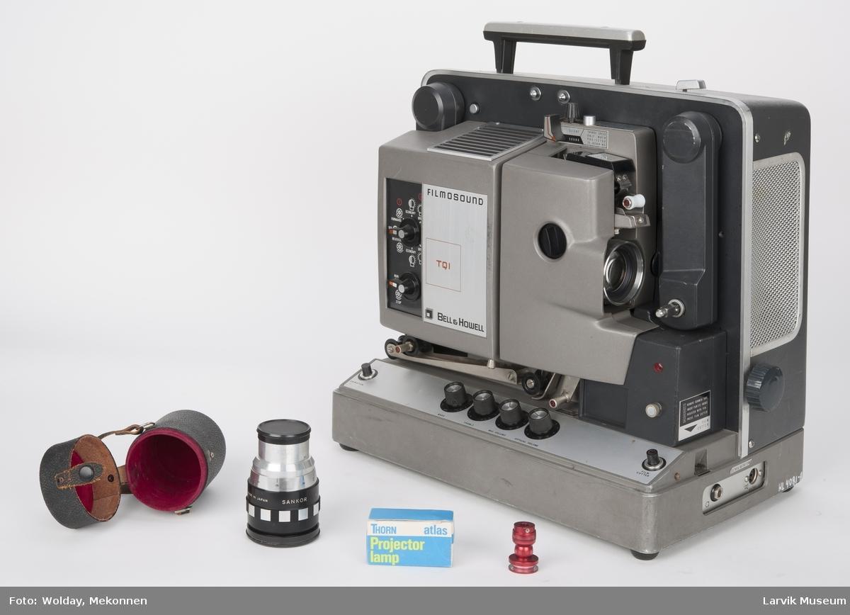 Bærbar filmframviser med innebygget høytaler i lokket. Løst ekstrautstyr