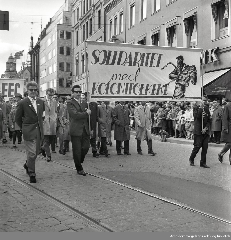 """1. mai 1962 i Oslo.Demonstrasjonstog arrangert av """"Faglig aksjon mot Fellesmarkedet"""" med støtte fra Sosialistisk Folkeparti (SF) og Norges kommunistiske parti (NKP)..Parole: Solidaritet med kolonifolket."""
