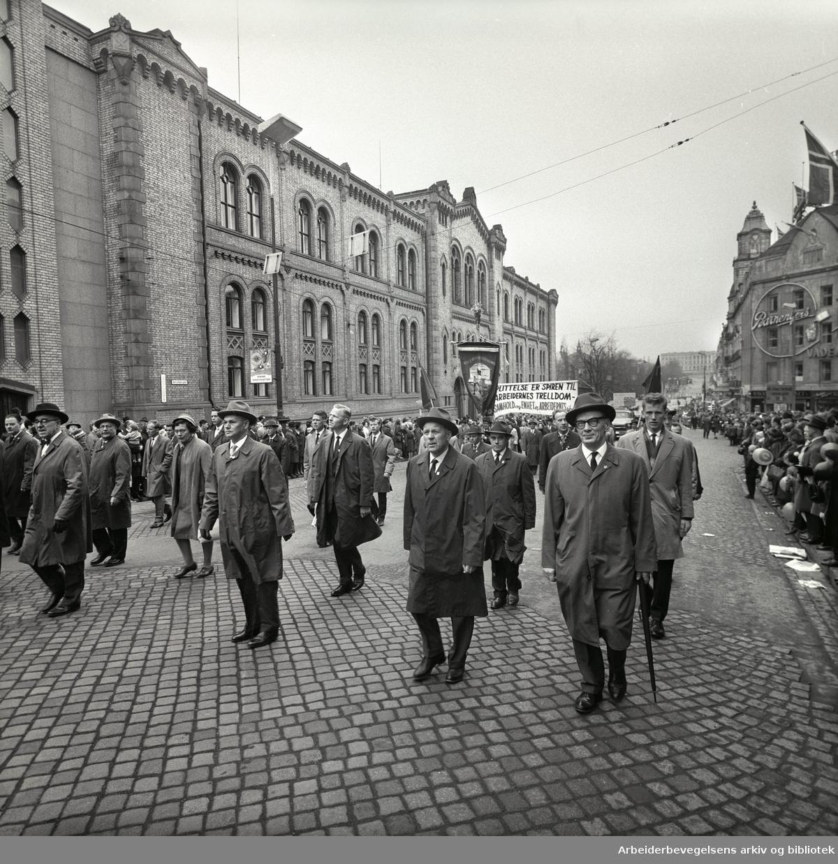 1. mai 1963 i Oslo.Demonstrasjonstoget i Karl Johans gate..Fane: Oslo Støperiarbeidernes Forening.