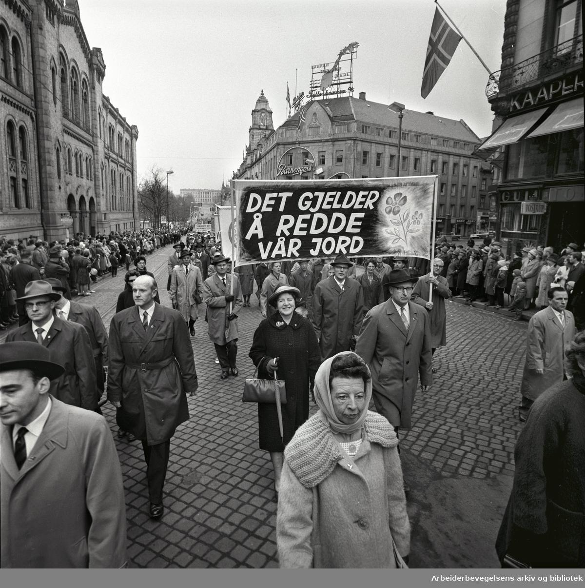1. mai 1963 i Oslo.Demonstrasjonstoget i Karl Johans gate..Parole: Det gjelder å redde vårJord