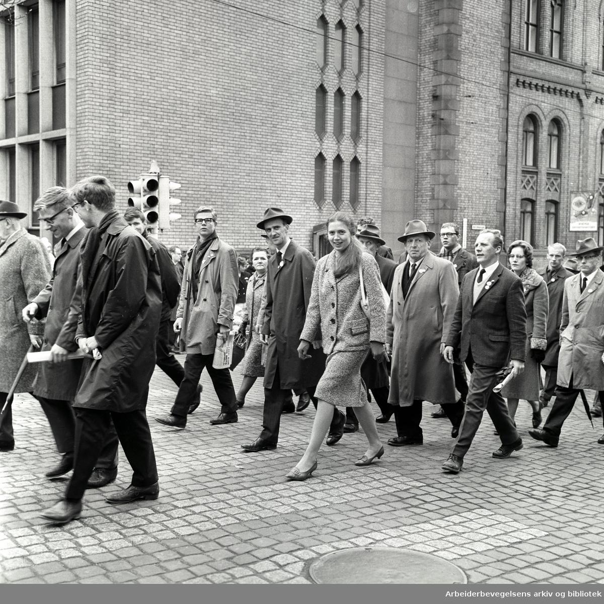 1. mai 1963 i Oslo.Demonstrasjonstog arrangert av Komiteen for faglig enhet med støtte av Sosialistisk Folkeparti (SF) og Norges Kommunistiske Parti (NKP).Parole: Nei til fellesoppgjør. Ja til forbundsvise oppgjør.I midten: Torild Skard og Finn Gustavsen.