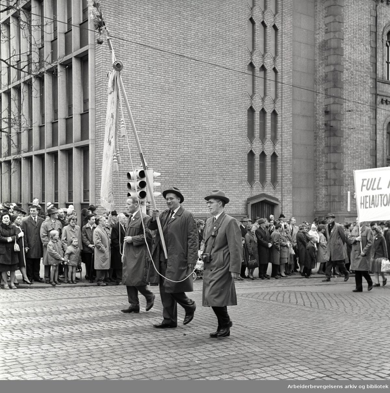 1. mai 1963 i Oslo.Demonstrasjonstog arrangert av Komiteen for faglig enhet med støtte av Sosialistisk Folkeparti (SF) og Norges Kommunistiske Parti (NKP).