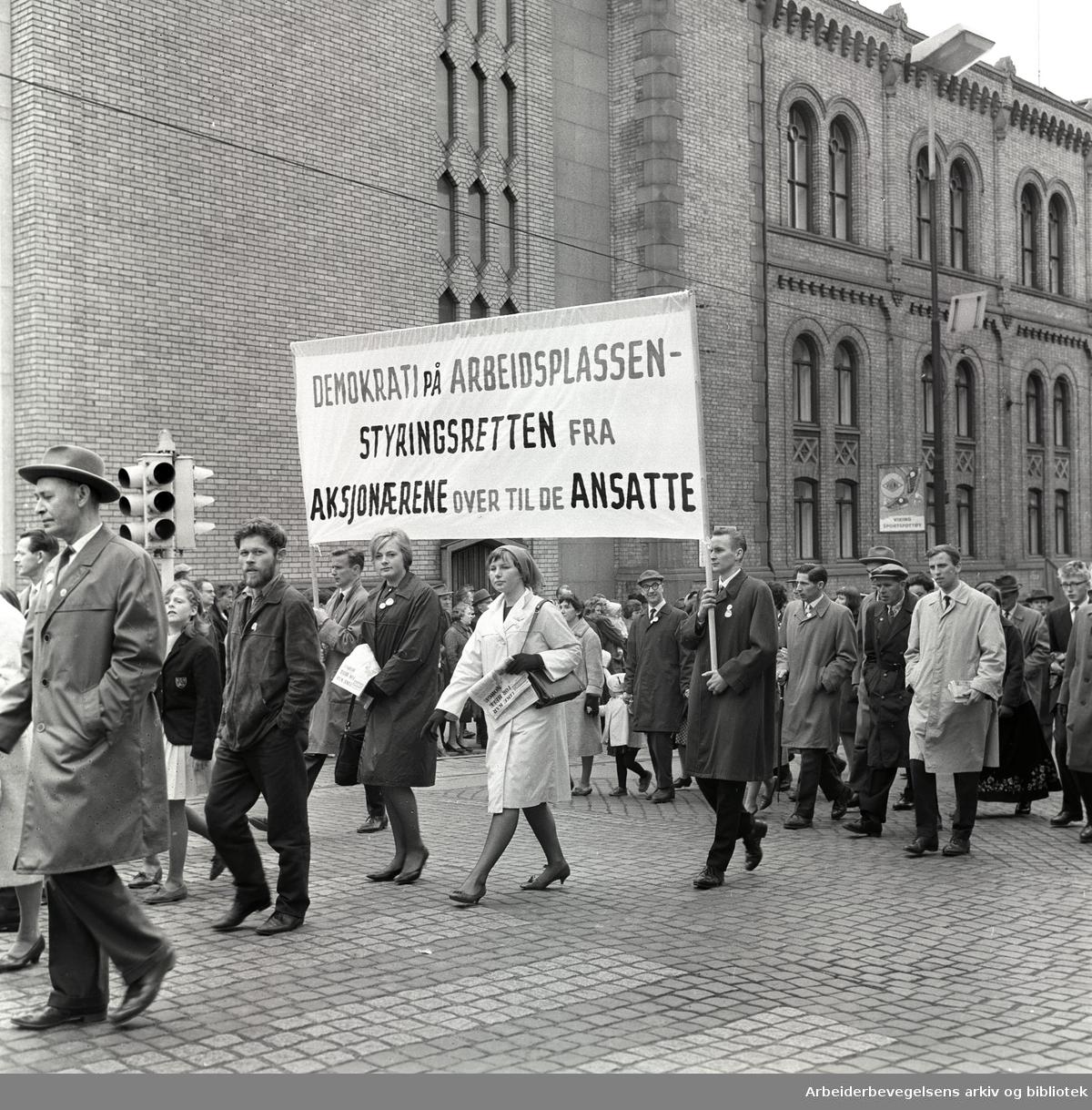 1. mai 1963 i Oslo.Demonstrasjonstog arrangert av Komiteen for faglig enhet med støtte av Sosialistisk Folkeparti (SF) og Norges Kommunistiske Parti (NKP).Parole: Demokrati på arbeidsplassen. Styringsretten fra aksjonærene over til de ansatte..