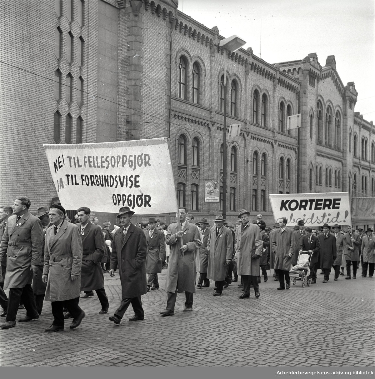 1. mai 1963 i Oslo.Demonstrasjonstog arrangert av Komiteen for faglig enhet med støtte av Sosialistisk Folkeparti (SF) og Norges Kommunistiske Parti (NKP).Parole: Nei til fellesoppgjør. Ja til forbundsvise oppgjør.