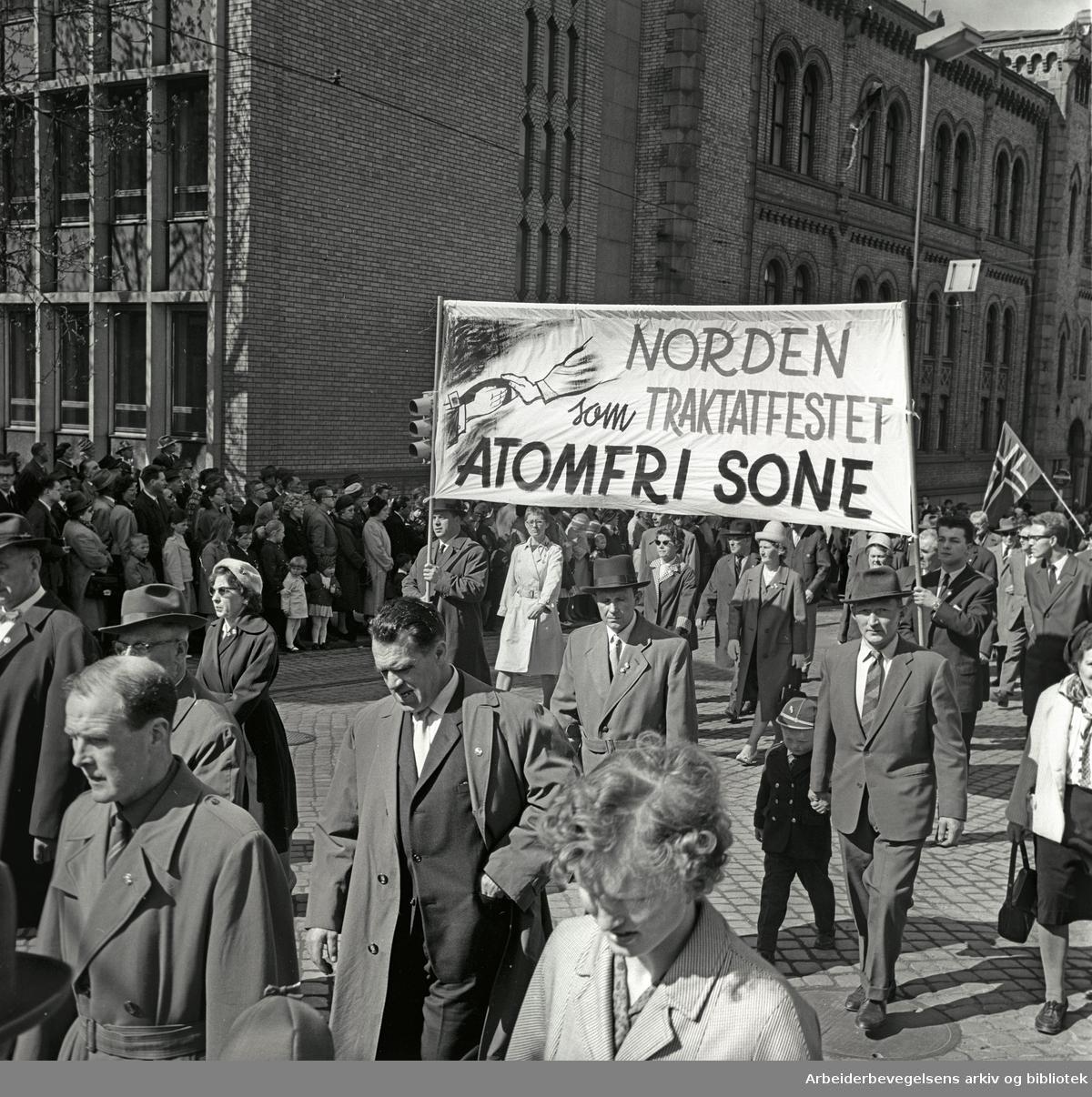 1. mai 1964 i Oslo.Demonstrasjonstoget i Karl Johans gate.Parole: Norden som traktatfestet atomfri sone